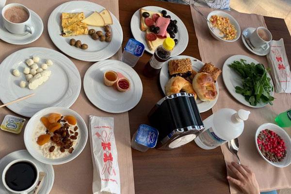 Завтрак и средство от коронавируса на столе.