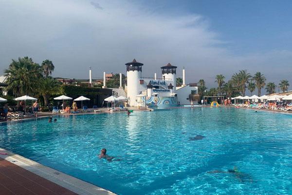 Бассейн в турецком отеле.