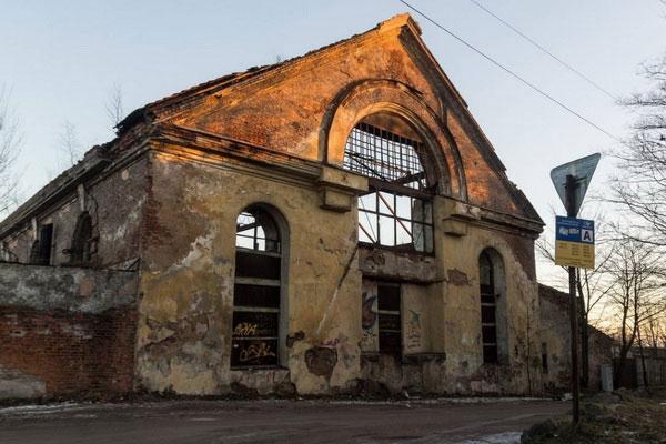Старый разрушенный дом.