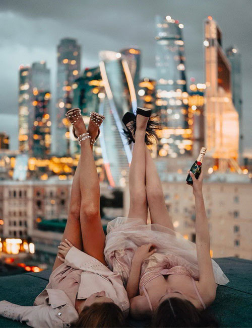 Девушки на крыше на фоне небоскрёбов 2021.