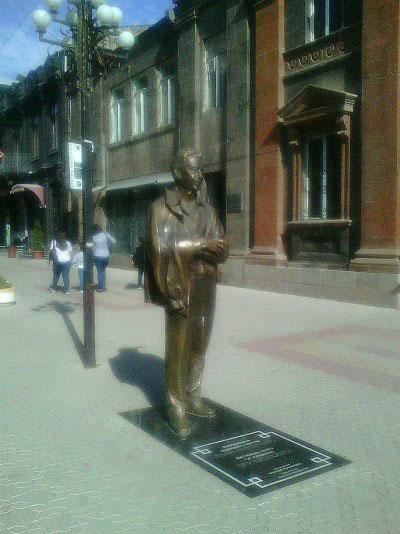 Памятник в центре города.