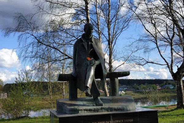 Памятник Рубцову.