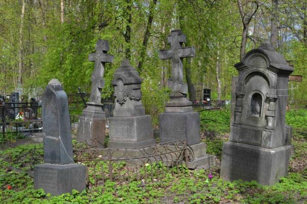 На кладбище.