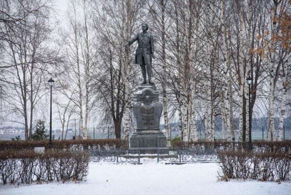 Памятник. Перозаводск в ноябре 2020.