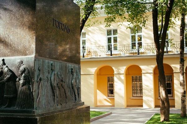Памятник Гоголю.