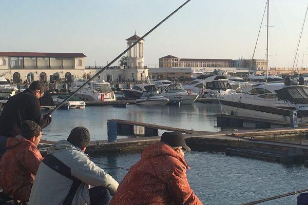 Рыбаки на набережной.