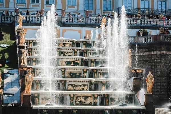 Экскурсия по аллеям с фонтанами.