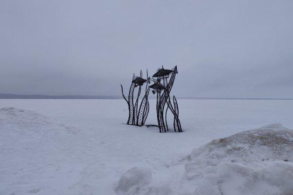 Скульптуры на набережной.