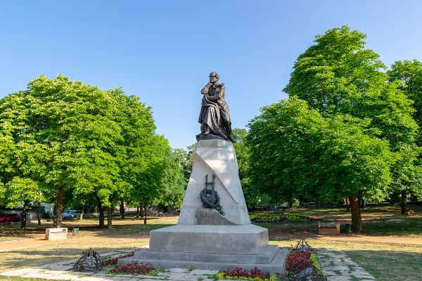 Памятник Лермонтову.