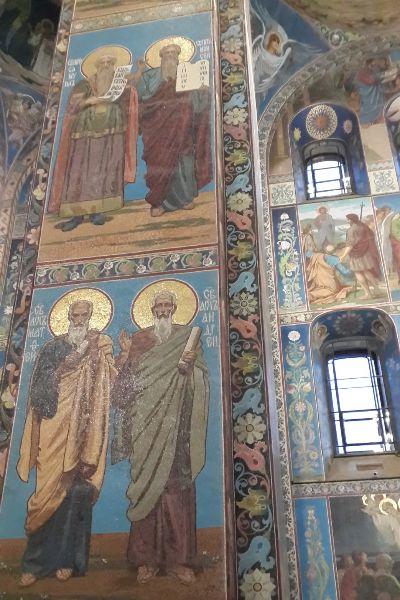 Иконы в церкви.