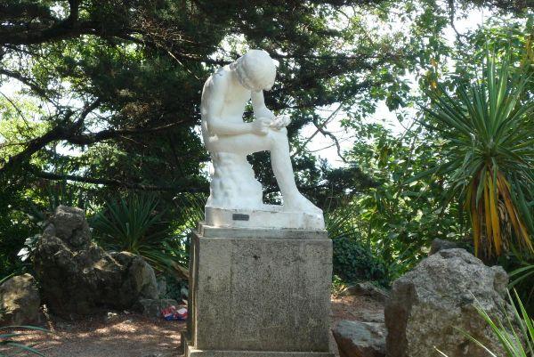 Скульптуры в саду.